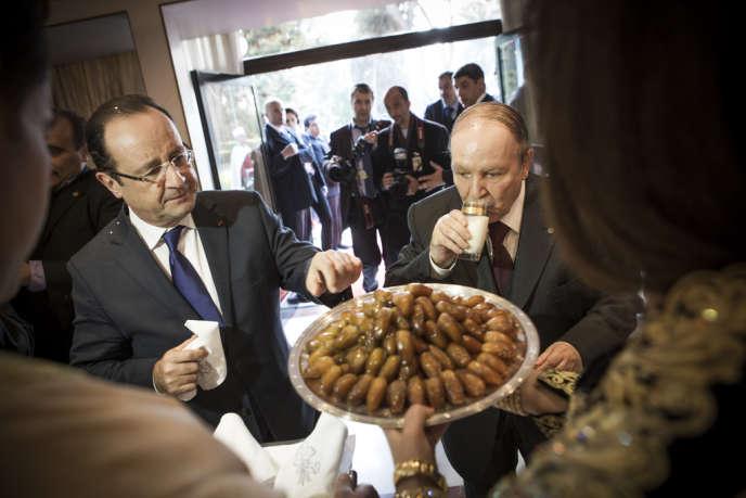 François Hollande et Abdelaziz Bouteflika partagent des dattes et un verre de lait, à Zeralda, dans la résidence d'Etat du président algérien, le 19 décembre.