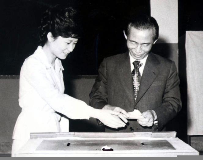 Park Geun-hye en compagnie de son père Park Chung-hee, sur une photographie prise en 1977 à Séoul.
