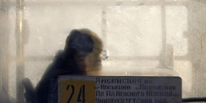 Un homme dans un bus à Saint-Pétersbourg, le 19 décembre 2012.