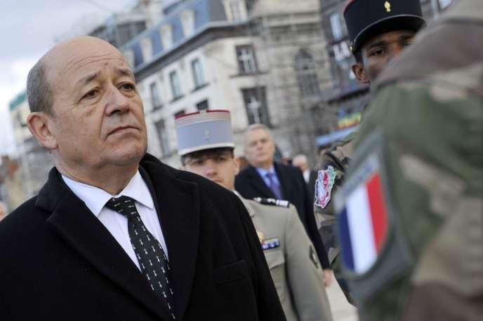 Le ministre de la défense, Jean-Yves Le Drian, a dégagé une enveloppe de 30 millions d'euros pour régler les cas urgents générés par le bug informatique de Louvois.
