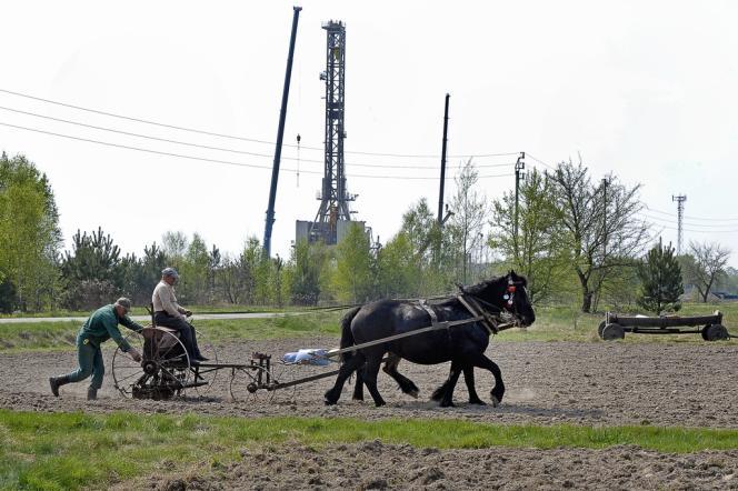 Puits de forage de gaz de schiste, à Grzebowilk, à l'est de la Pologne, en avril 2011.