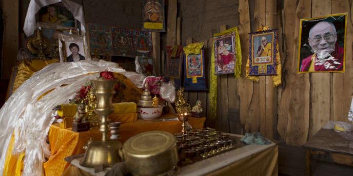 Petit autel érigé à la mémoire de Gonpo Tsering, un Tibétain qui s'est immolé le 26 novembre dans le Gansu.