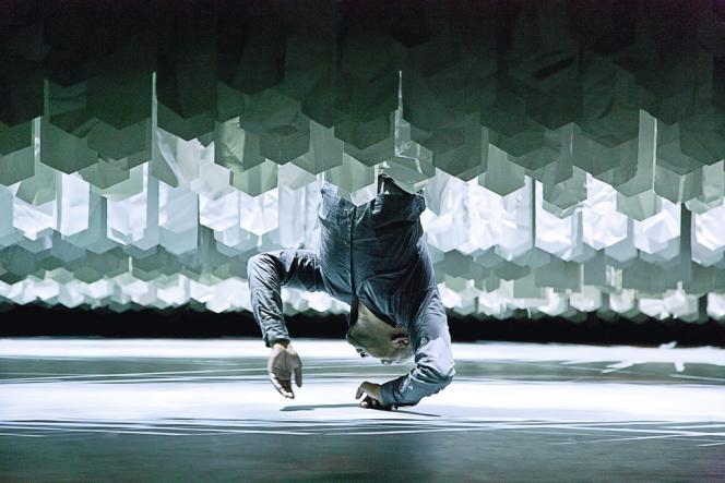 Le jeune chorégraphe se produit en solo dans une œuvre intitulée