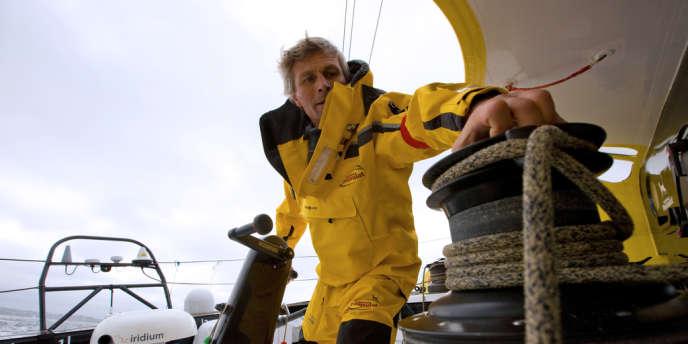 Bernard Stamm à la manoeuvre sur son monocoque de 60 pieds Cheminées Poujoulat