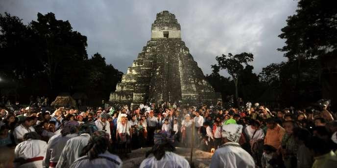 Des touristes et des Guatémaltèques célèbrent le changement d'ère du calendrier maya le 21 décembre 2012 sur le site archéologique de Tikal.