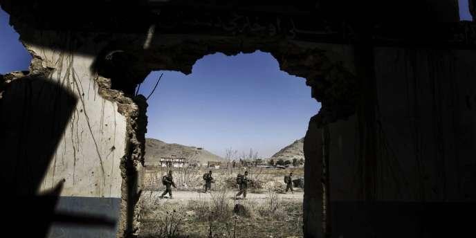 L'assaillant a pris la fuite après l'attaque et a sans doute rejoint les insurgés talibans, une agression qui intervient le même jour que le meurtre d'un consultant civil de l'Otan par une policière afghane à Kaboul.