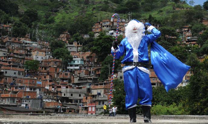 Au Brésil, en décembre 2012, le Père Noël portait une tenue bleue en hommage aux forces de police de Rio de Janeiro. Il était venu distribuer des cadeaux aux enfants de la favela Morro dos Macos.