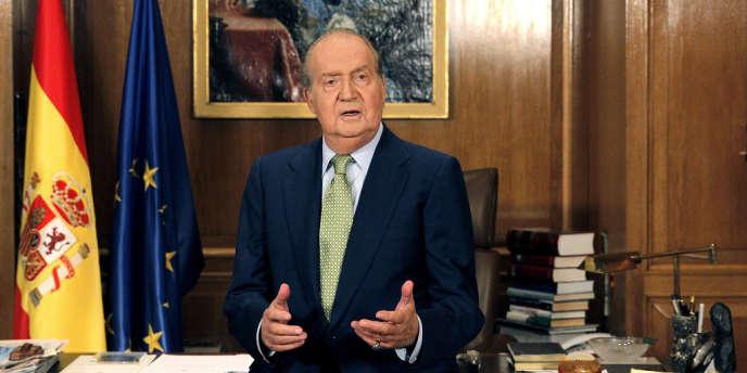Juan Carlos, monté sur le trône à la mort de Francisco Franco en novembre 1975, a dans un premier temps construit sa popularité en menant la transition de l'Espagne vers la démocratie.