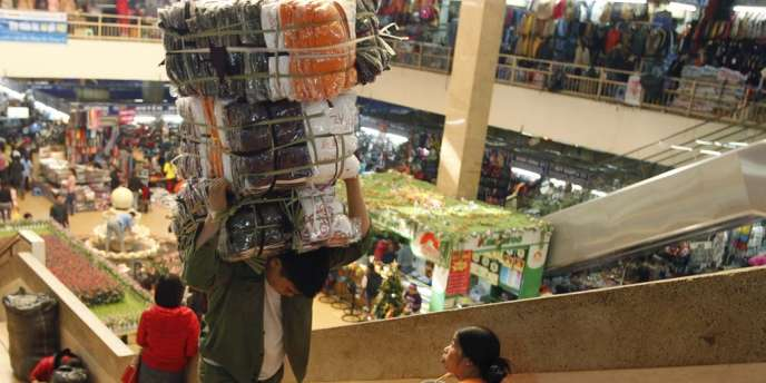 Les chiffres officiels, publiés lundi 24 décembre, montrent que le Vietnam a connu, en 2012, sa croissance la plus basse depuis treize ans. Ici au marché de Dong Xuan, à Hanoi,le 21 décembre 2012.