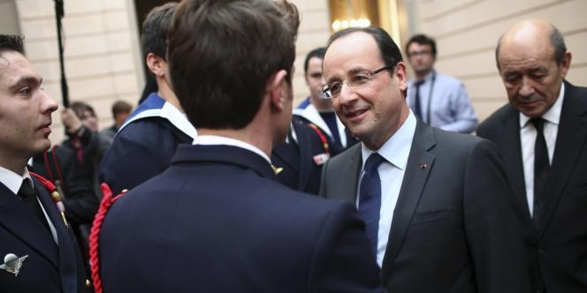 François Hollande et Jean-Yves Le Drian (à droite) accueillent des soldats français revenus d'Afghanistan, le 21 décembre à l'Elysée.