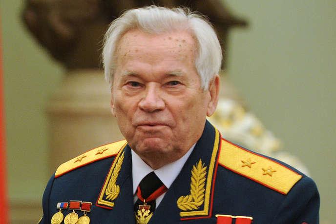 Mikhaïl Kalachnikov, inventeur éponyme du célèbre fusil d'assaut, célébrait, le 10 novembre 2009, son 90e anniversaire au Kremlin (Moscou).