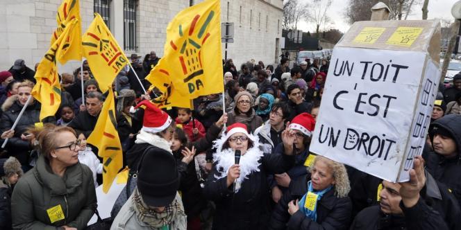 Manifestation de familles de mal-logés, près du ministère du logement, à Paris, le 25 décembre 2012.