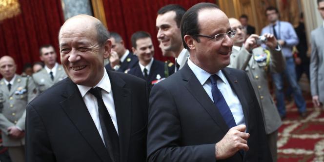 François Hollande et le ministre de la défense, Jean-Yves Le Drian, lors d'une cérémonie pour accueillir les soldats français revenus d'Afghanistan, le 21 décembre 2012, à Paris.