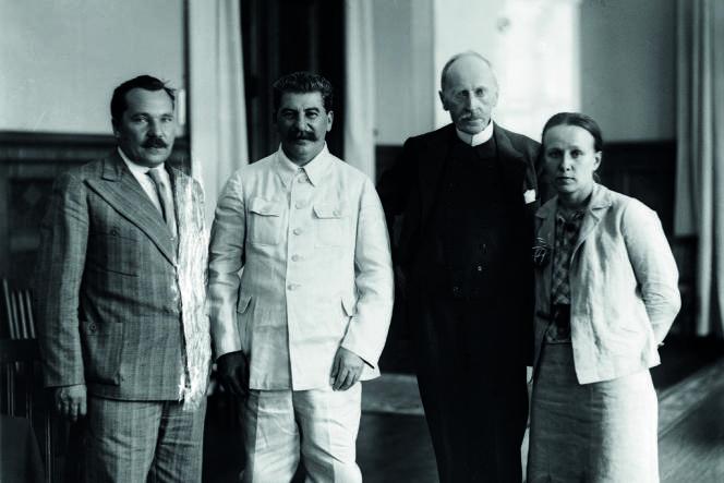 Aleksandr Arossev, directeur de la VOKS (l'Union des sociétés soviétiques pour l'amitié et les relations culturelles avec les pays étrangers), Joseph Staline, Romain Rolland et Maria Koudacheva au Kremlin, en 1935 à l'occasion de l'entretien entre le dictateur et