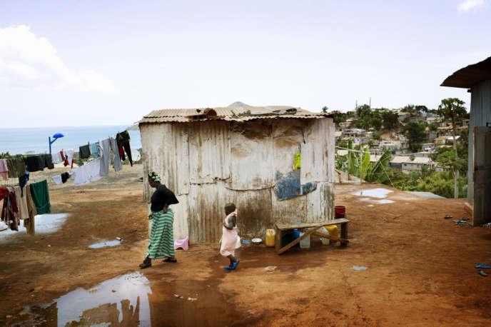 A Mayotte, les migrants occupent souvent des baraques en tôles – les