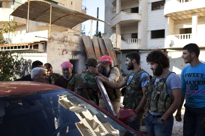 Des combattants rebelles dans le centre de Salma, dans le djebel Akrad, une zone contrôlée par l'Armée syrienne libre.