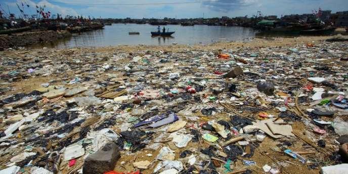 Pollution sur une plage dans la province de Hainan en Chine du Sud.