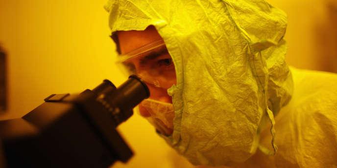 Un étudiant du Centre de recherche et de formation sur les nanotechnologies à Tampa, en Floride, en juillet 2012.