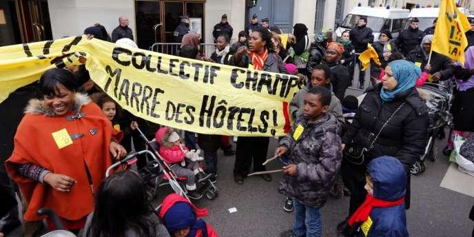 Manifestation à l'appel de l'association Droit au logement devant le ministère du logement, à Paris, le 25 décembre 2012.
