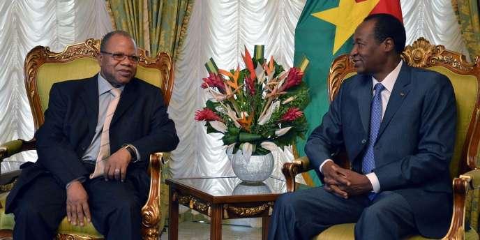 Le premier ministre malien, Diango Cissoko (à gauche), a entamé, mercredi, un tournée en Afrique. Il a rencontré le président burkinabé Blaise Compaoré, médiateur de la Cédéao dans le dossier malien.