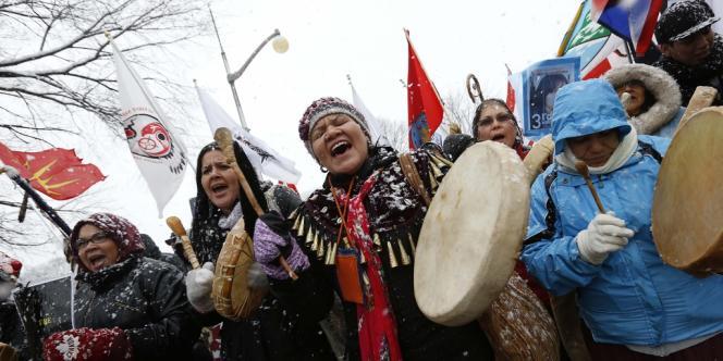Des manifestants des Premières Nations participent à une marche du mouvement Idle No More à Ottawa, au Canada, le 21 décembre 2012.