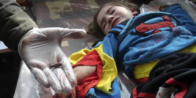 Un médecin a retiré une balle reçue par une fillette à Homs, en Syrie, en mars 2012.