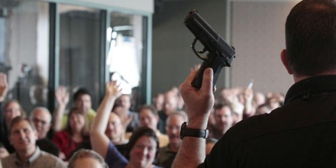 Un formateur donne un cours sur les armes à 200 enseignants de l'Utah, le 27 décembre dans la ville de West Valley, aux Etats-Unis.