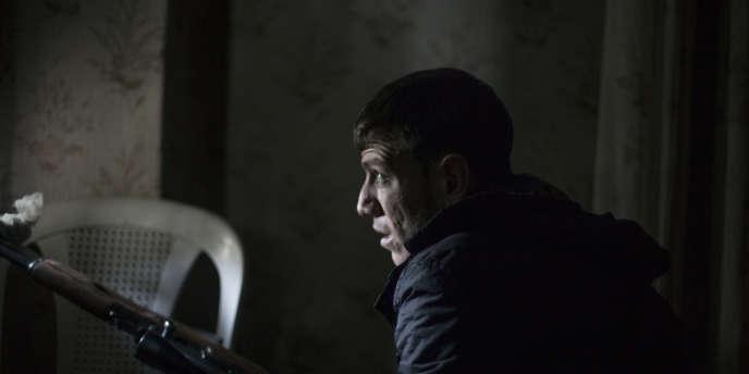 Un tireur à l'intérieur d'un immeuble, sur la ligne de front entre les quartiers d'Isaa, de Saif Al-Dwala et de Boustan Al-Kassar.