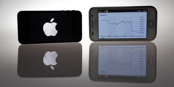 Un iPhone 4S d'Apple et un Galaxy S de Samsung.