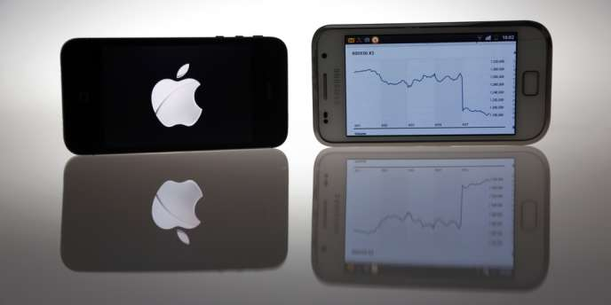 Un iPhone 4S d'Apple et un Galaxy S de Samsung.