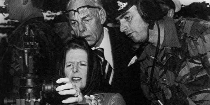 Margaret Thatcher visite le 129e régiment d'artillerie près de Port Stanley aux Malouines, en 1983.