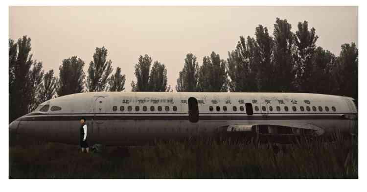 Personne ne sait. Ici, l'ancienne hôtesse de  l'air pose devant un avion jadis reconverti  en restaurant, près  de Pékin, aujourd'hui  à l'abandon. -