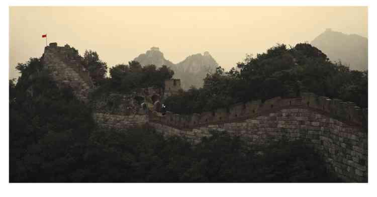 Pavillon antique. Comme beaucoup d'artistes chinois, la jeune photographe intègre dans son oeuvre la Grande Muraille, symbole ambivalent de puissance et de repli sur soi. -