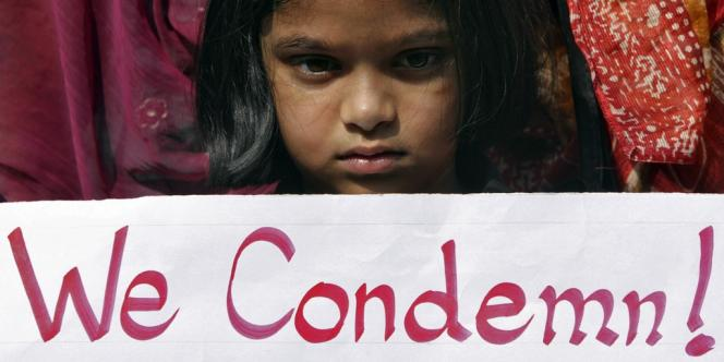 Une enfant rend hommage à l'étudiante indienne morte après un viol collectif, le 29 décembre à New Delhi.