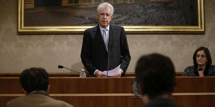 Mario Monti, lors d'une conférence de presse, le 28 décembre, à Rome.