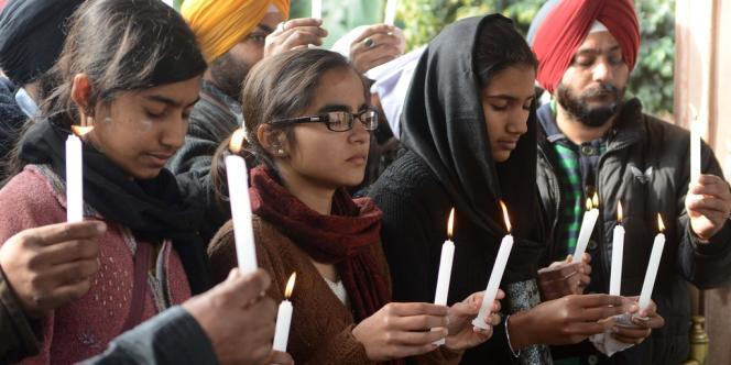 Des Indiens se recueillent pour rendre hommage à l'étudiante morte après un viol collectif.