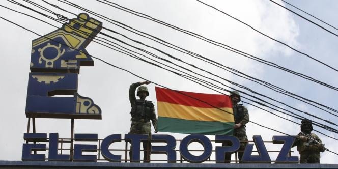 Dès samedi, des policiers et militaires ont pris le contrôle des bureaux administratifs et des sièges des entreprises  à La Paz.