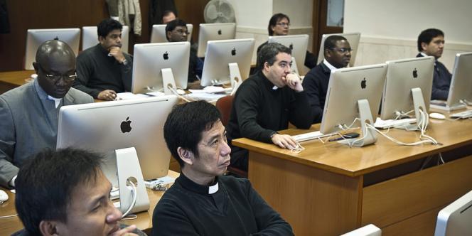 Créée en 1996 à Rome,  la faculté de communication de l'Eglise accueille des ecclésiastiques venus du monde entier. Grandis avec Internet, ils savent que c'est là que se joue la bataille de l'image. -