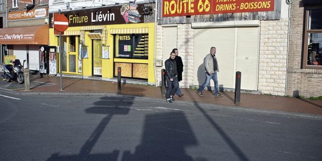 Frontière franco-belge.  Halluin. Une rue commerçante de ce village frontalier  situé à 18 km de Lille et à 1,8 km de sa jumelle belge, Menin -
