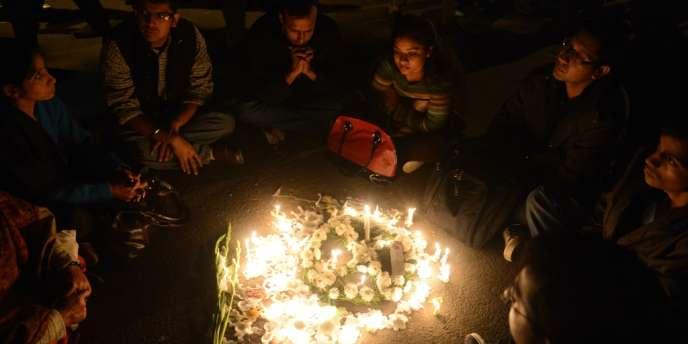 La courte cérémonie s'est déroulée sous haute protection policière quelques heures après l'arrivée du corps, placé dans un cercueil doré, à l'aéroport de Delhi.