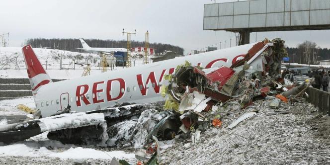 L'avion s'est brisé en trois et a entraîné la fermeture temporaire de l'autoroute de Kiev et de Vnukovo, troisième aéroport de Moscou, où se trouve un terminal dédié au Kremlin.