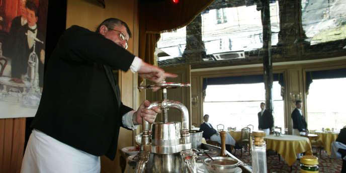 Pour la préparation du célèbre caneton de la Tour d'Argent,  la carcasse est enfermée dans une impressionnante presse argentée prévue à cet usage. S'écoule ainsi un jus auquel on ajoute un verre de consommé.