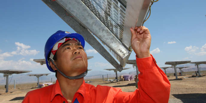 Un employé dans une zone d'installations solaires dans la province du Xinjiang, dans l'ouest de la Chine.