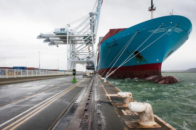 Un porte-conteneurs de la compagnie danoise Maersk, en attente de déchargement sur un quai du port du Havre, le 27 décembre 2012.