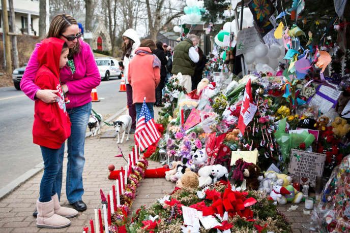 Des habitants de Newtown se recueillent devant le mémorial des victimes de l'école Sandy Hook, le 24 décembre 2012.