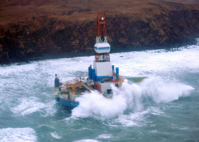 Les opérations de sauvetage sont rendues difficiles par la tempête qui touche les côtes du golfe de l'Alaska.