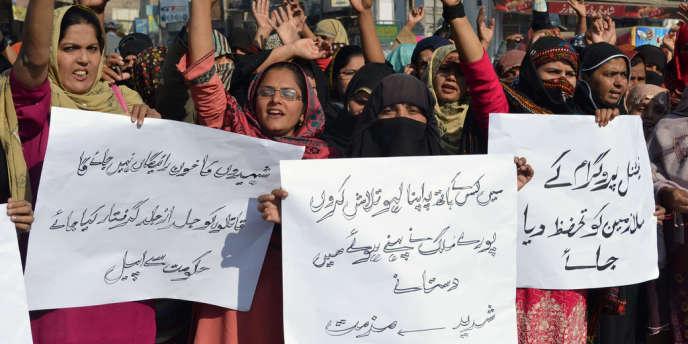 Des femmes participant à la campagne de vaccination antipolio au Pakistan manifestent après l'assassinat de neuf de leurs collègues, le 20 décembre à Multan, dans la province du Pendjab.