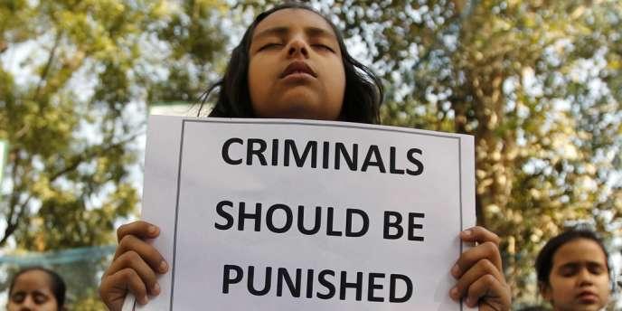 Les violeurs de la jeune étudiante morte samedi ont tenté de l'écraser avec un bus après l'avoir violée, selon un rapport de police divulgué par la presse indienne.