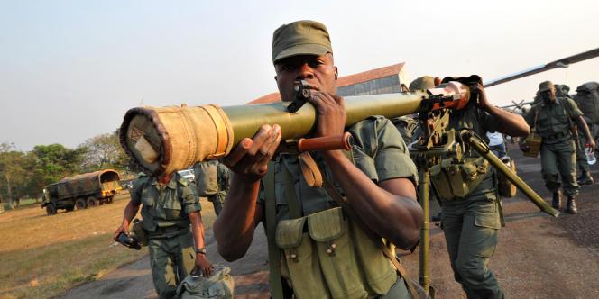 Des soldats congolais de la Force multinationale de la communauté économique des Etats d'Afrique centrale (FOMAC) se déploient à l'aéroport de Bangui, en Centrafrique, le 31 décembre 2012.
