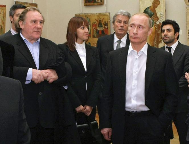 Vladimir Poutine, Gérard Depardieu et Alain Delon, au Musée russe de Saint-Pétersbourg, en décembre 2010.